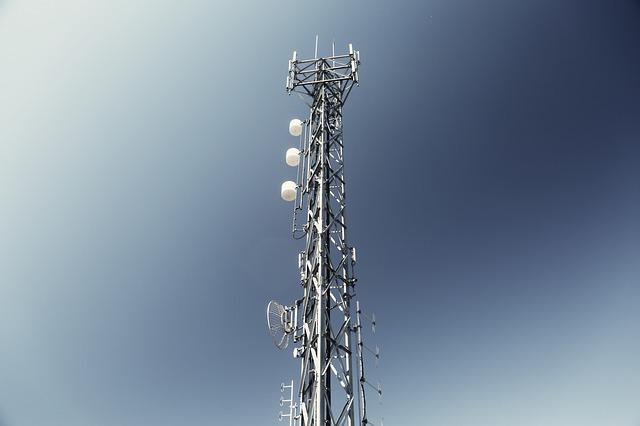 """Se hai bisogno di una guida per la scelta delle antenne per i migliori marchi, sei nel posto giusto. In questa guida ti segnaleremo tutte le migliori marche che troverai in negozio. In base alla destinazione d'uso troverai il prodotto che fa davvero al caso tuo. Ma prima scopriamo quali sono le funzionalità base delle antenne e le loro componenti principali. Antenne: cosa sono Le antenne sono delle apparecchiature che ritroviamo sui tralicci, sui tetti, ma anche sulla cima dei colli. Si tratta di dispositivi che servono a trasmettere i segnali alle tv, alle radio e ad altri oggetti. Le antenne sono dei conduttori metallici e servono a captare le onde elettromagnetiche di frequenze ben precise. [su_note class=""""box_evid_2""""] In commercio potremo trovare antenne di vario tipo in base alla destinazione d'uso e anche in base al modo in cui vengono captate le onde elettromagnetiche. [/su_note] Quando i segnali vengono inviati l'antenna si definisce emittente, quando invece i segnali sono ricevuti, si parla di antenna ricevente. Queste si possono connettere tra di loro oppure tramite un segnale che sta nella ionosfera e poi viene ricevuto sulla terra. Le componenti delle antenne Le antenne sono formate da alcune componenti ben precise. Il primo elemento che troviamo è il dipolo, una componente che riceve il segnale. La griglia è invece formata da un riflettore che serve a respingere il segnale e da un direttore che invece lo irradia. [su_note class=""""box_evid_1""""] Infine troviamo la scatola di giunzione all'interno del quale vi è il cavo coassiale ed un circuito. [/su_note] Funzionamento delle antenne Capire qual è il funzionamento delle antenne è molto importante per poter scegliere i migliori marchi. Le antenne hanno il compito di ricevere un segnale elettrico che si trovi all'interno di un campo elettromagnetico. Le antenne possono anche avere il compito di emettere, irradiare, il segnale nel campo elettromagnetico. [su_note class=""""box_evid_1""""] Grazie al lavoro delle anten"""
